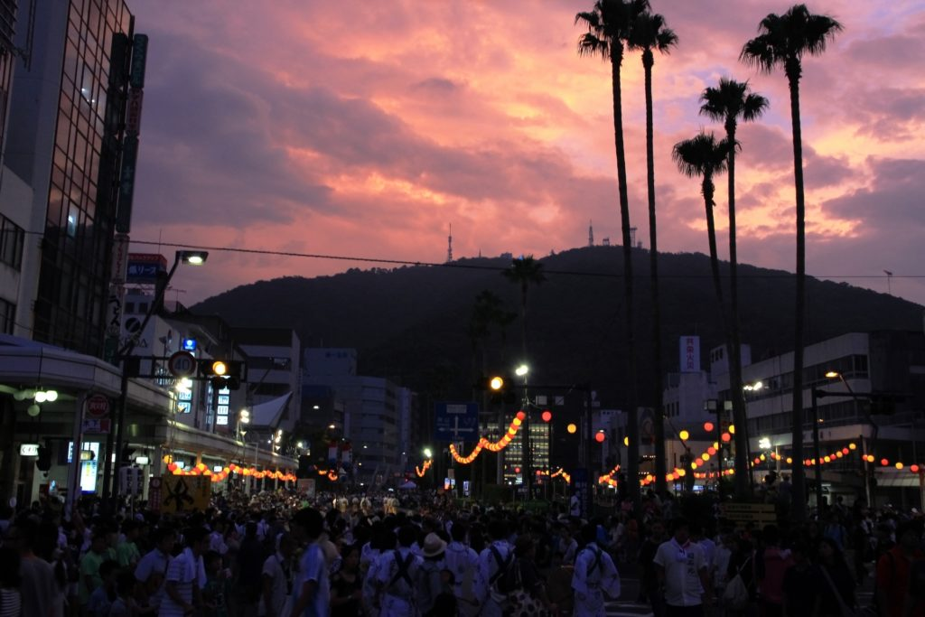 阿波踊りと眉山と夕暮れ